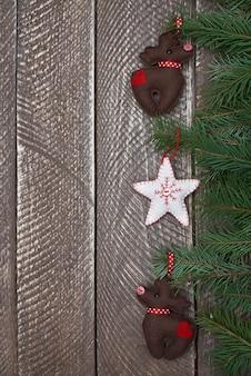 Śliczne ozdoby świąteczne zawieszone na gałęzi