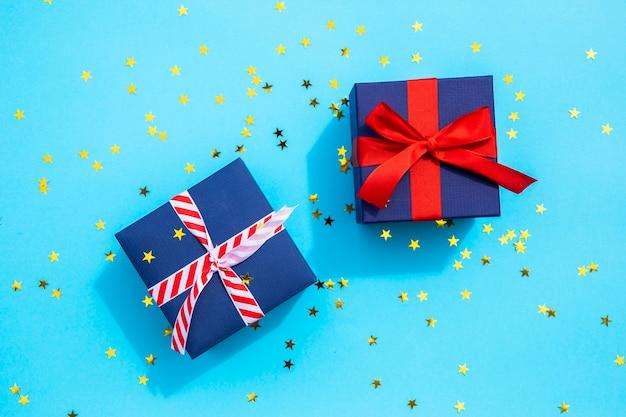Śliczne prezenty z błyszczy na niebieskim tle