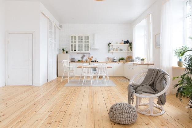Śliczne przytulne jasne wnętrze kuchni