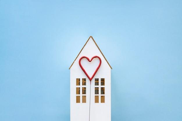 Śliczne serce na domku z zabawkami