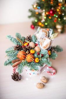 Śliczne świąteczne mieszkanie leżał z imbirowym chlebem i światłami bokeh na drewnianej karcie upominkowej makiety