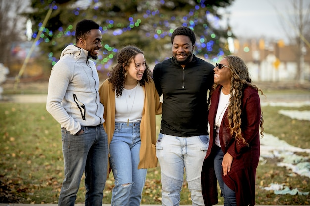 Śliczne ujęcie przedstawiające przyjaciół żartujących i śmiejących się razem, szerzących pozytywne nastawienie