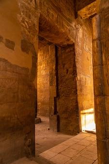 Śliczne wnętrze w jednej z najpiękniejszych świątyń w egipcie. świątynia luksorska