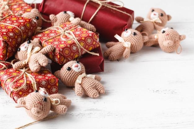 Śliczne zabawki pluszowego misia na ozdobnych pudełkach