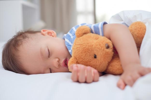 Śliczne zdrowe małe azjatyckie 18 miesięcy