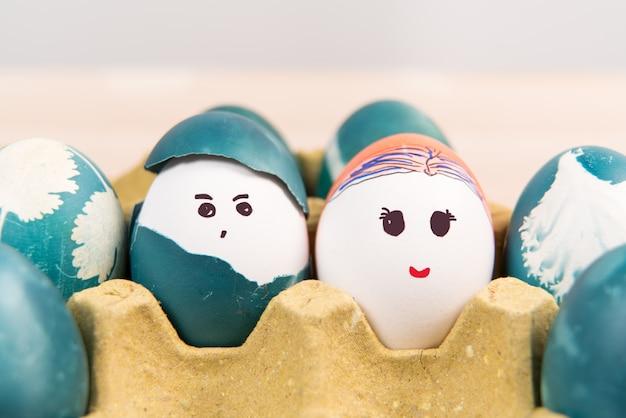 Ślicznego chłopiec i dziewczyny organicznie easter jajka, easter pojęcia tła