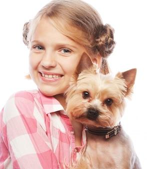 Ślicznej dziewczyny mienia szczeniaka uśmiechnięci potomstwa
