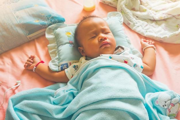 Śliczni 7 miesięcy dziecka azjatykci dosypianie.