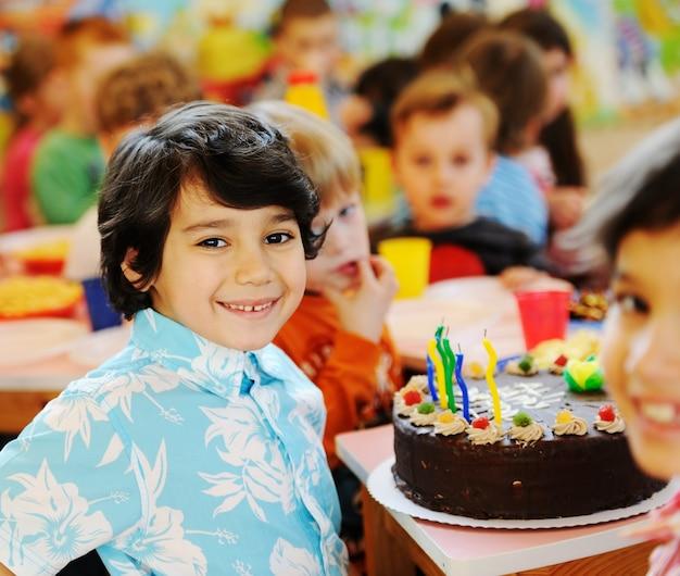 Śliczni dzieciaki świętuje przyjęcia urodzinowego w dziecina boisku