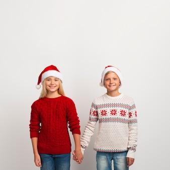 Śliczni dzieciaki trzyma ręki kopii przestrzeń