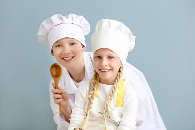 Śliczni mali kucharze w kolorze