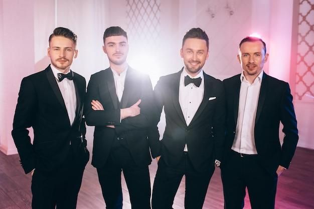 Śliczni mężczyźni w garniturach