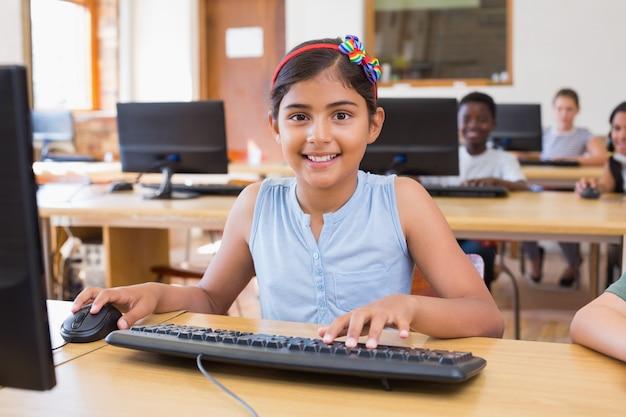 Śliczni ucznie w komputer klasie
