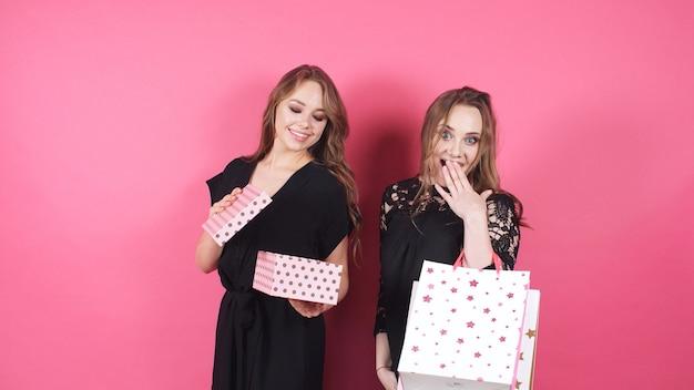 Śliczni uśmiechnięci przyjaciele dają sobie prezenty
