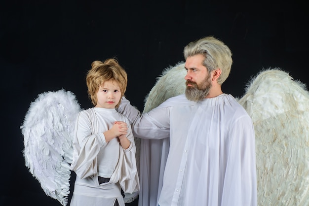 Śliczny anioł walentynki anioły walentynki ojciec i syn anioły mały amorek chłopiec daje prezent ojcu