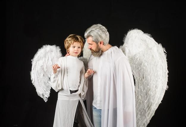 Śliczny anioł wspaniały dzieciak walentynki ojciec i syn anioły dzień ojca mały amorek chłopiec i ojciec