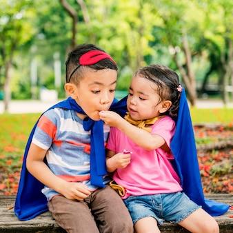 Śliczny brat i siostra bawić się wpólnie