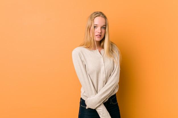 Śliczny caucasian nastolatek pozuje stać