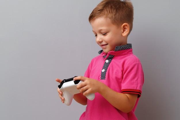 Śliczny chłopiec bawić się konsolę