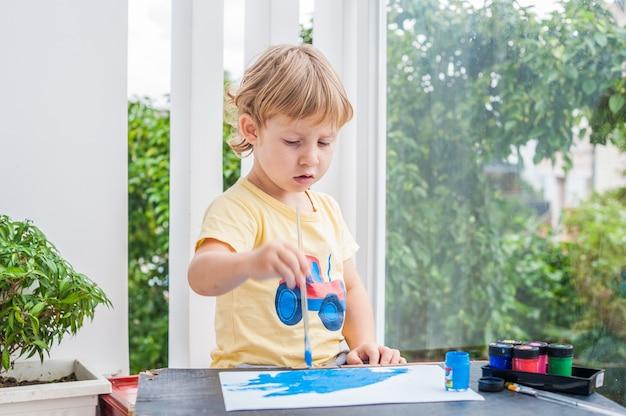 Śliczny chłopiec obraz z kolorowymi farbami