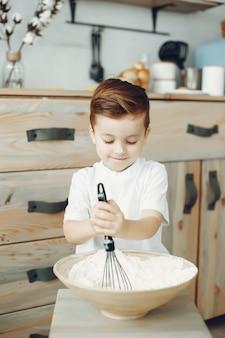 Śliczny chłopiec obsiadanie w kuchni