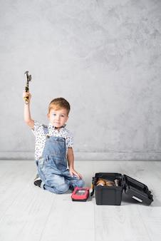 Śliczny chłopiec obsiadanie z kluczem
