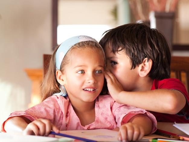 Śliczny chłopiec opowiada jego siostra