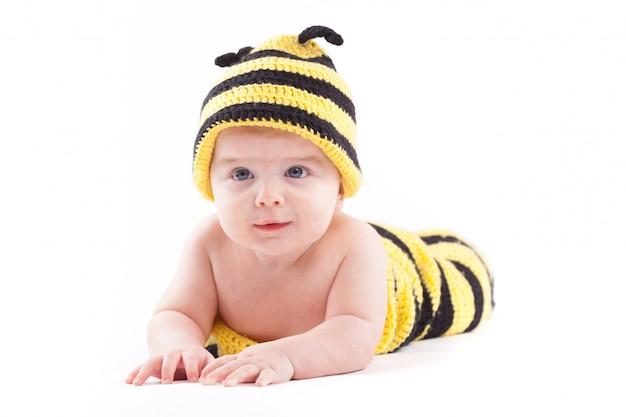 Śliczny chłopiec w pszczoła kostiumu