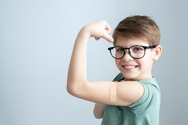 Śliczny chłopiec zaszczepiony przeciwko zakażeniu koronawirusem