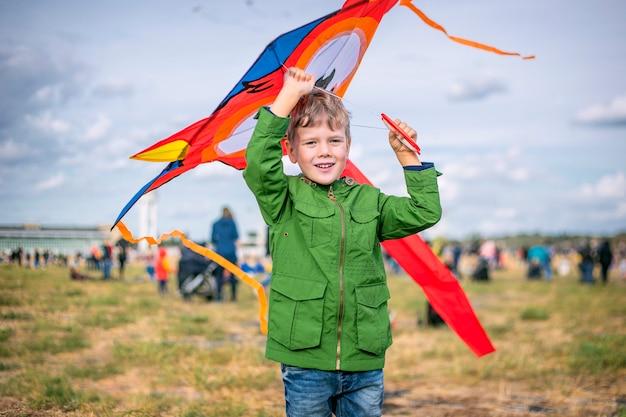Śliczny dzieciak trzyma kolorową latawiec