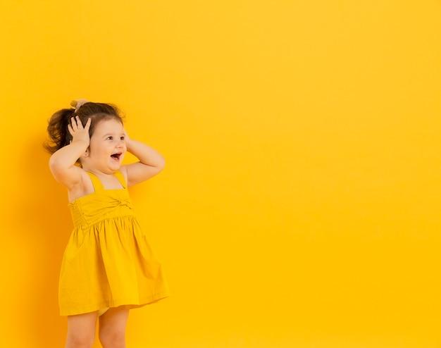 Śliczny dziecko pozuje z kopii przestrzenią