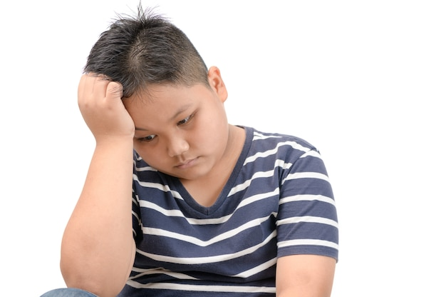 Śliczny gruby chłopiec znudzony i samotny odizolowany