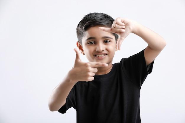 Śliczny indiański chłopiec daje wielokrotnemu wyrażeniu