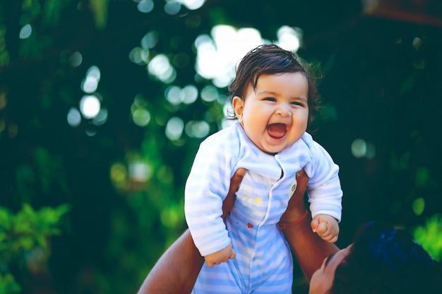 Śliczny indyjski małego dziecka ono uśmiecha się