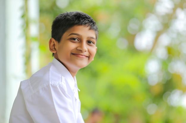 Śliczny indyjski mały chłopiec w szkolnym mundurku