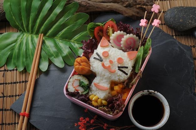 Śliczny japoński zestaw śniadaniowy ozdobiony twarzą kitty.