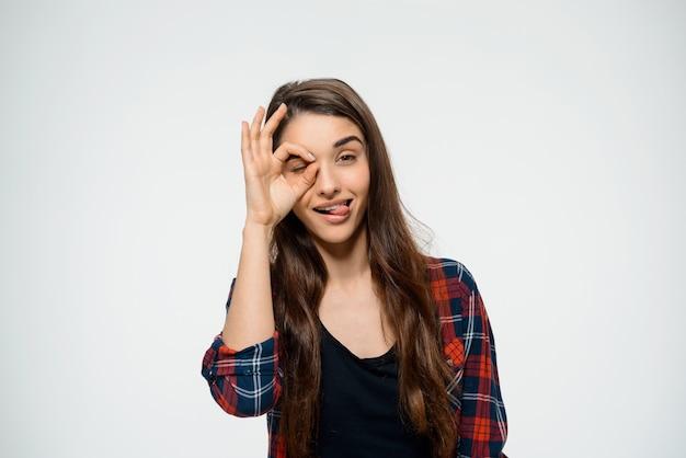 Śliczny kobiety przedstawienia ok znak i kija język