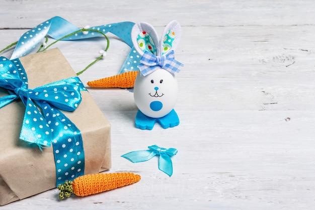 Śliczny królik z jajka, pudełko prezentowe, świąteczny wystrój w niebieskiej tonacji