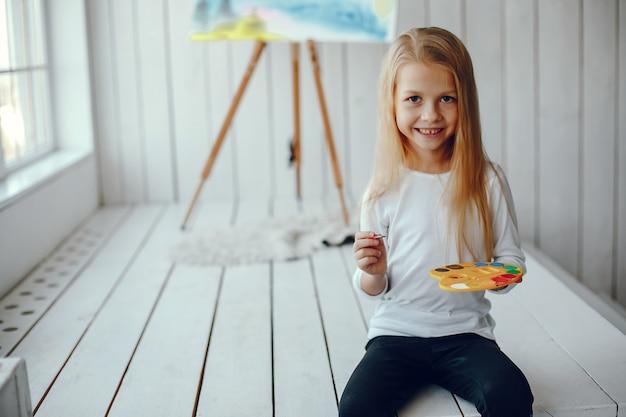 Śliczny mała dziewczynka rysunek w studiu