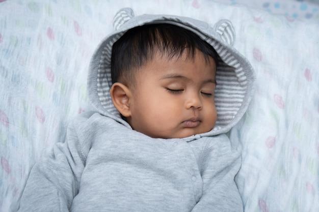 Śliczny mały asin chłopiec dosypianie