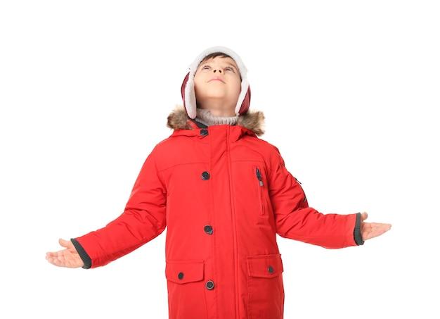 Śliczny mały chłopiec w ciepłych ubraniach