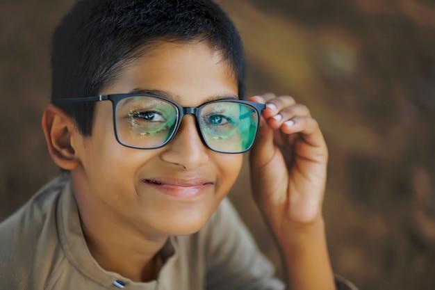 Śliczny mały chłopiec z indii / azji w okularach