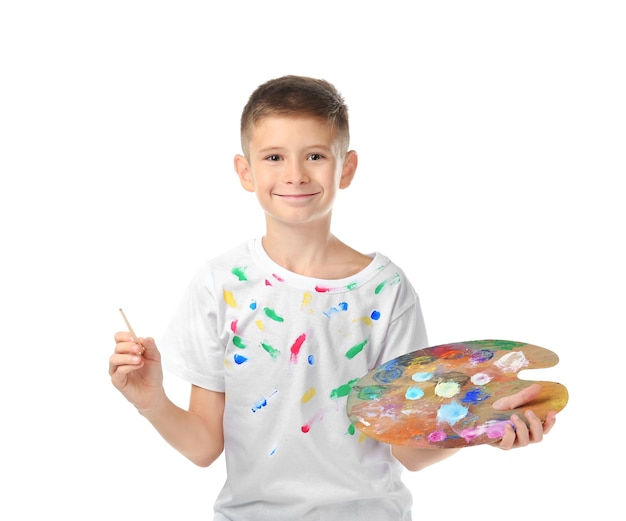 Śliczny mały chłopiec z paletą i pędzlem do malowania,