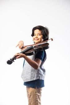 Śliczny mały indyjski muzyk azjatycki chłopiec grający na skrzypcach muzyczny instrument strunowy na białym tle