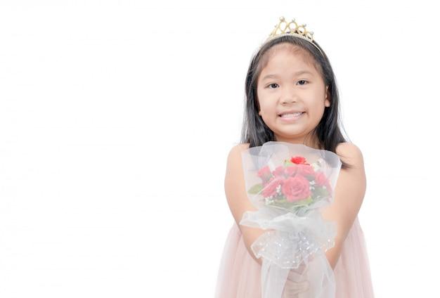 Śliczny mały princess daje kwiatu bukietowi odizolowywającemu
