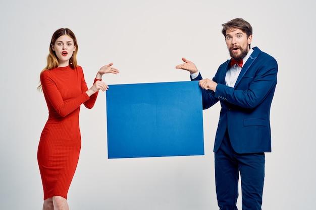 Śliczny mężczyzna i kobieta jesień makieta plakat reklamowy studio prezentacji i