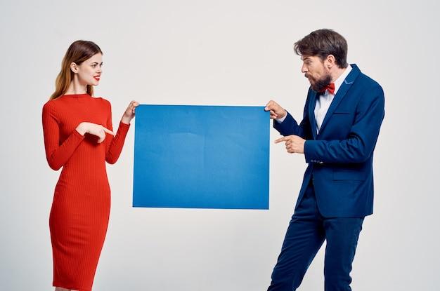 Śliczny mężczyzna i kobieta niebieska makieta plakatu kopia przestrzeń