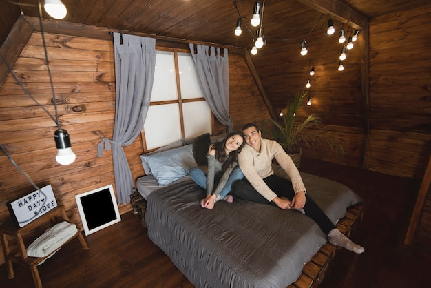Śliczny mężczyzna i kobieta razem w łóżku