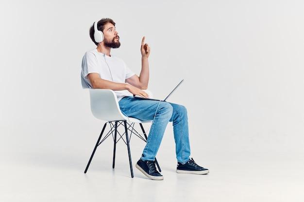 Śliczny mężczyzna słucha muzyki z rozrywką na słuchawkach