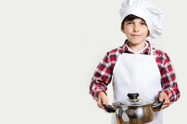 Śliczny młody dzieciak przygotowywający gotować